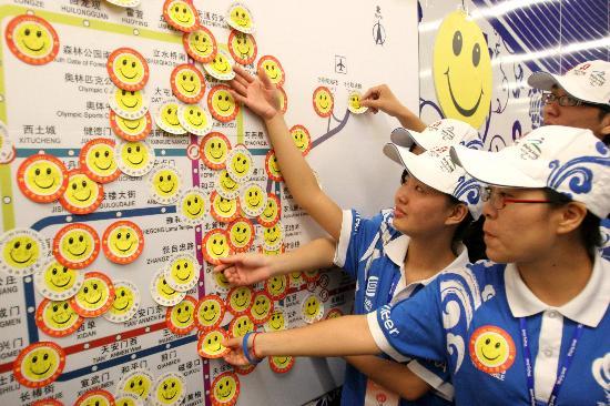 图文-地铁社会志愿者传递微笑 微笑标贴上写满宣言