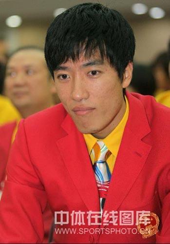 图文-北京奥运会中国代表团成立 刘翔正装帅气出场