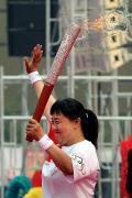 图文-北京奥运圣火在郑州传递 与市民分享喜悦