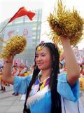 图文-北京奥运圣火在郑州传递 着盛装为火炬助威