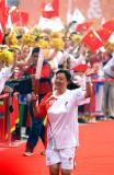 图文-北京奥运圣火在郑州传递 把微笑带给每个人