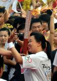 图文-北京奥运圣火在郑州传递 张蓉芳传递圣火