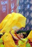 图文-北京奥运圣火在郑州传递 热情表演祝福圣火