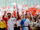 图文-北京奥运圣火在郑州传递 最后一棒邬江兴