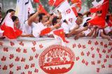 图文-北京奥运圣火在郑州传递 市民沿途呐喊助威