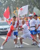 图文-北京奥运圣火在郑州传递 两人摆出精彩POSE