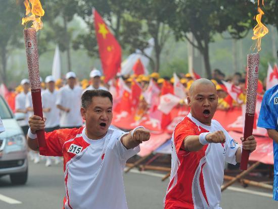 图文-北京奥运圣火在郑州传递 让我们一起向前冲