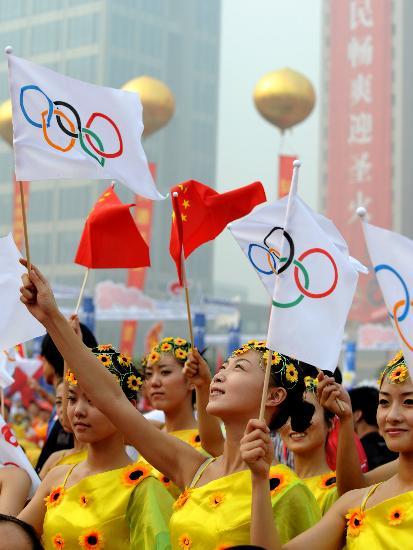 图文-北京奥运圣火在郑州传递 五环旗迎风飘扬