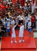 图文-北京奥运圣火在郑州传递 顺利交接最后一棒