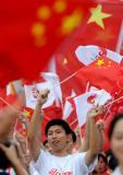 图文-北京奥运圣火在郑州传递 五星红旗郑州飘扬
