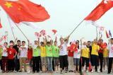 图文-奥运圣火在郑州传递 展现郑州人民的追火热情