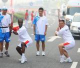 图文-奥运圣火在郑州传递 中外火炬手同打太极