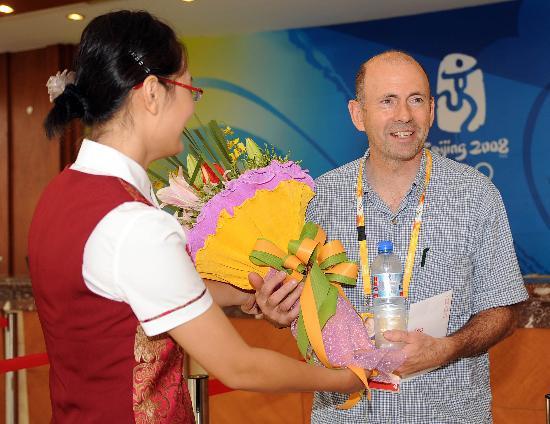 图文-北京奥运会媒体村正式开村 为外国客人献花