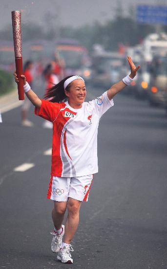 图文-奥运圣火在郑州传递 韩世�P兴奋进行传递