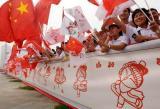 图文-奥运圣火在郑州传递 百米剪纸长卷加油助威