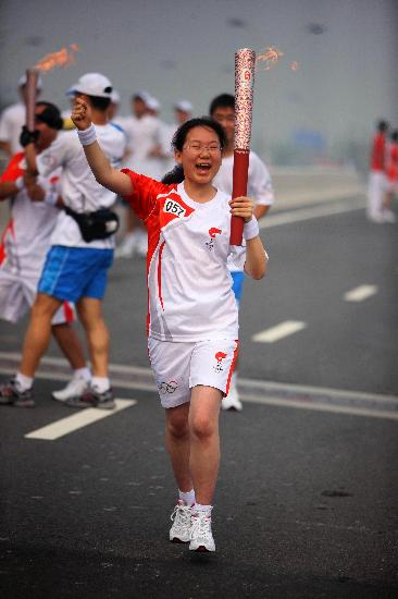 图文-奥运圣火在郑州传递 肖清扬兴奋举着火炬跑