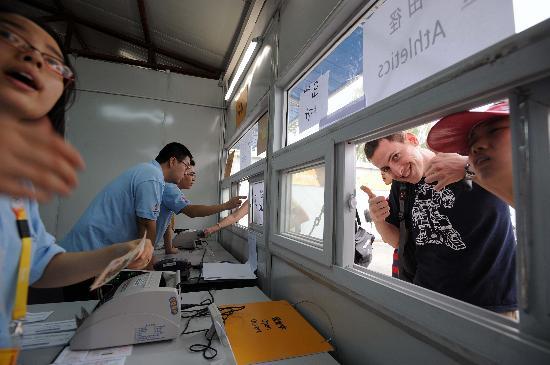 图文-群众踊跃购买第四阶段奥运门票 外国人很开心