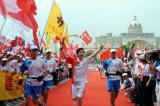 图文-北京奥运圣火在开封传递 张武在欢呼声中前进