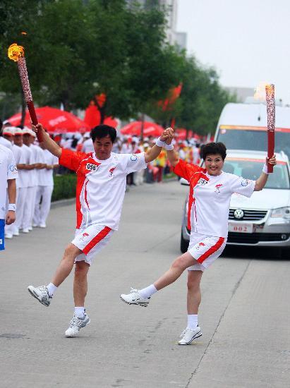 图文-北京奥运圣火在开封传递 与祥云一起共舞