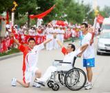 图文-北京奥运圣火在开封传递 心手相握传递激情
