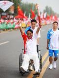 图文-北京奥运圣火在开封传递 自信传递诠释坚强
