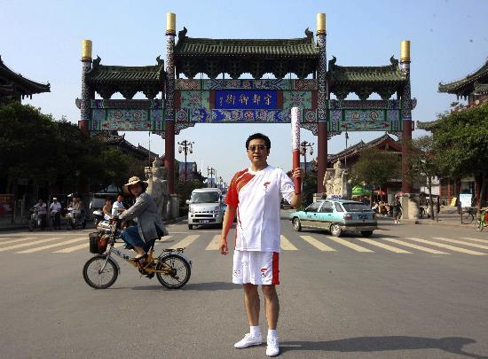 图文-北京奥运圣火在开封传递 宋都御街开心展示