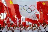 图文-北京奥运圣火在开封传递 国旗五环旗相映