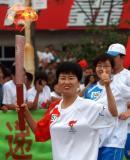 图文-北京奥运圣火在开封传递 胜利手势加油中国