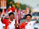 图文-北京奥运圣火在开封传递 肩并肩互相鼓励