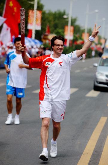 图文-北京奥运圣火在开封传递 大山展露标志微笑