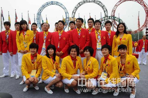 图文-北京奥运村举行开村仪式 游泳队将士拍照留恋