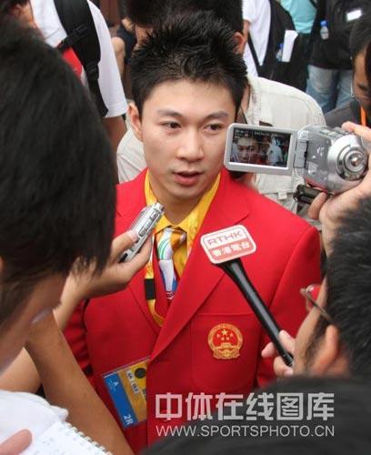 图文-北京奥运村举行开村仪式 李小鹏受媒体追捧