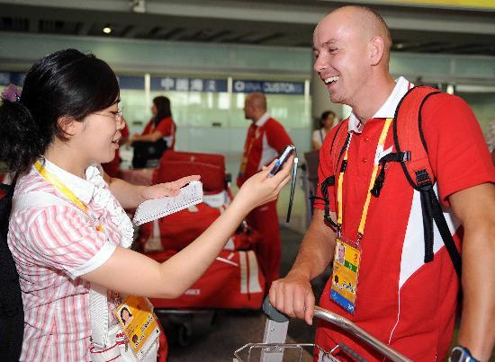 图文-波兰代表团首批成员抵达北京 接受媒体采访