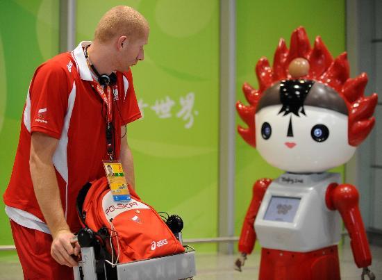 图文-波兰代表团首批成员抵达北京 被机器人吸引