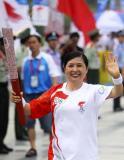 图文-北京奥运圣火在洛阳传递 乔文娟微笑传递