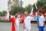 图文-北京奥运圣火在洛阳传递 陈国青张晓理合影