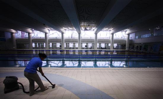 图文-国家游泳中心水立方静候宾朋 为地面除尘
