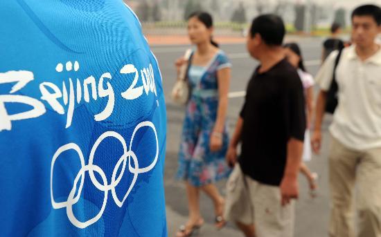 图文-奥运场馆成北京旅游新亮点 从一名志愿者旁经过