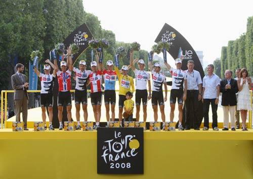 图文-2008环法落幕萨斯特雷夺冠总冠军车队合影