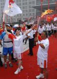 图文-奥运圣火在安阳传递 李瑞英兴奋展示火炬