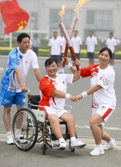 图文-奥运圣火在安阳传递 传递火炬传递温暖爱心