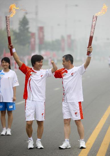 图文-奥运圣火在安阳传递 完成动人的爱心交接