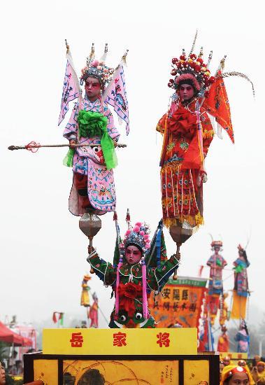 图文-奥运圣火在安阳传递 传统表演尽显民俗特色