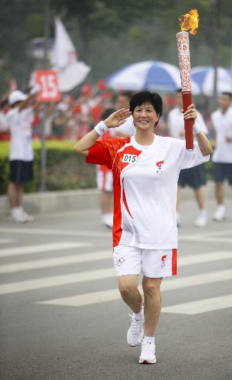 图文-北京奥运圣火在安阳传递 李建安手持火炬传递