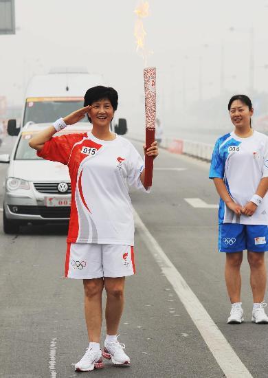 图文-奥运圣火在安阳传递 给大家敬个礼