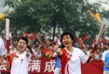 图文-北京奥运圣火在安阳传递 高东辉与李振华合影