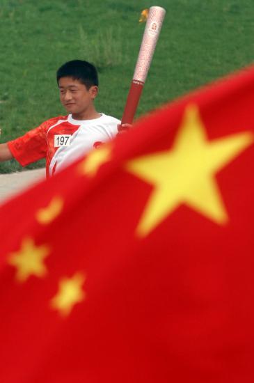 图文-奥运圣火在安阳传递 冯山波手持火炬传递