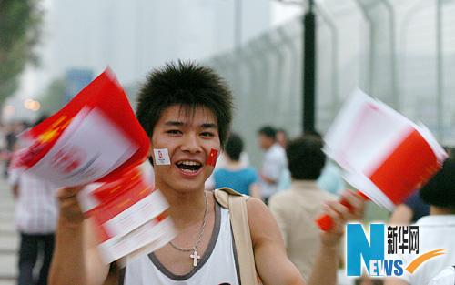 图文-市民争睹开幕式首次带妆彩排 火红热情在脸上