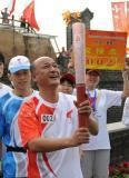 图文-北京奥运圣火在秦皇岛传递 聂瑞平仰望圣火