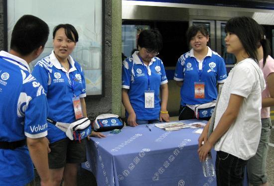 图文-志愿者时刻准备着 地铁建国门站坚守岗位